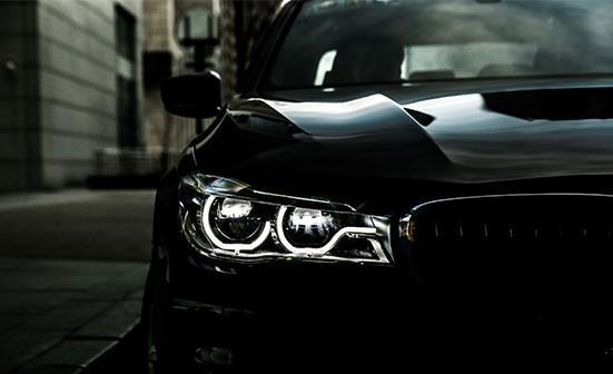 """【编者按】近日应邀参与沈阳汇中宝全新BMW7系夜间试驾体验,此行全面体验了全新BMW7系面向未来的全新豪华气象,重新定义领袖座驾,激光大灯、星光车顶、手势控制系统等前端科技被一一展示,首次近距离感受到这款全新BMW 7系的耀眼魅力与划时代意义,彰显了""""现代豪华""""的新内涵。  车身整体线条彰显着雍容大气,车尾的横向镀铬装饰条进入两侧尾灯内部,更显宽阔平稳。尾灯LED光度也充分考虑,进行了柔化处理,就像打磨珍珠那样细致入微。  浩瀚星河,一览无遗 星空全景天窗可在创造宽大、开放的空间的"""