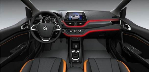 打开车门,简洁精致的中控台让人眼前一亮。全黑色中控台与镀铬装饰的空调出风口、控制面板相互呼应,沉稳大气而又不失活力。 双U式设计将空调出风口和旋转按钮进行区隔,使得整个中控台更显层次感和立体感。 在细节方面,宝骏310同样可圈可点。电镀饰条点缀、木纹水转印的应用,让整车内饰更显精致。而座椅门侧板和扶手都采用双缝线工艺,极具品质和档次。