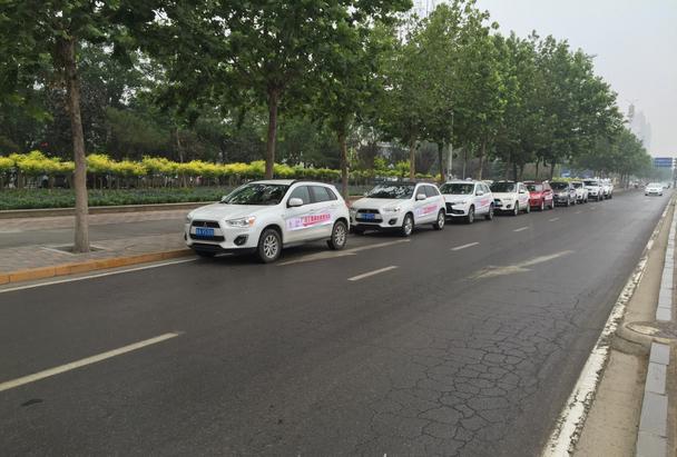 三菱佳信国际园店爱心送考车队整齐的排在路边,真是一道美丽的风景线.