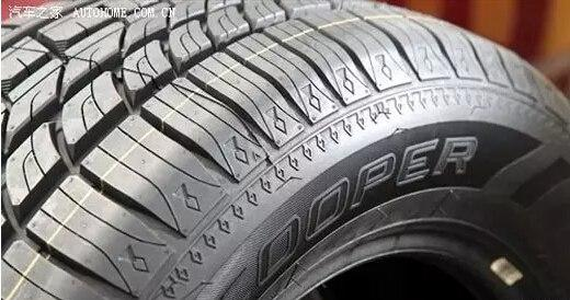 【编者按】轮胎花纹怎么看? 大约1892年,人们就开始在轮胎上加花纹了,当时的花纹比较简单。但随着汽车工业的迅速发展以及人们对汽车各项指标的要求越来越高,目前的车的轮胎从表面形状到整体形状都有很大不同,也对应提升了很多性能与作用。  总的来讲,轮胎花纹的设计功用有以下几个方面: 1.增加车辆的刹车力、驱动力和牵引力,改善操控性和稳定性。 2.增加轮胎与地面的摩擦力,避免刹车时车辆的前滑和侧滑。 3.散发 轮胎的热量。 4.降低噪音和震动,增强人员乘坐的舒适性。 5.美观。 我们知道,轮胎设计有四大要素,即